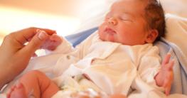 Neugeborenes Baby mit Strampler - Babymode auf Kinderstube-MV.de kaufen