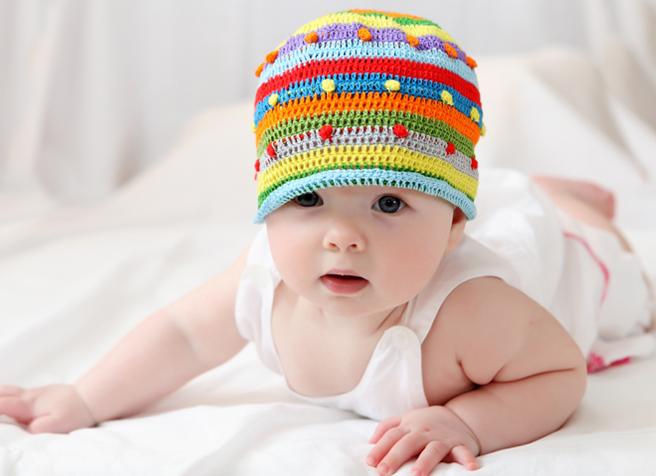 Baby wurde richtig für den Sommer gekleidet und sieht noch stylisch aus