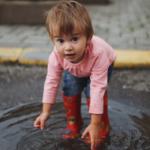 Kleines Mädchen mit roten gemusterten Gummistiefel - Gummistiefel auf Kinderstube-Mv.de kaufen