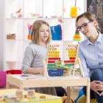 Kind lernt zählen im Kindergarten - Land fördert mit Mitteln